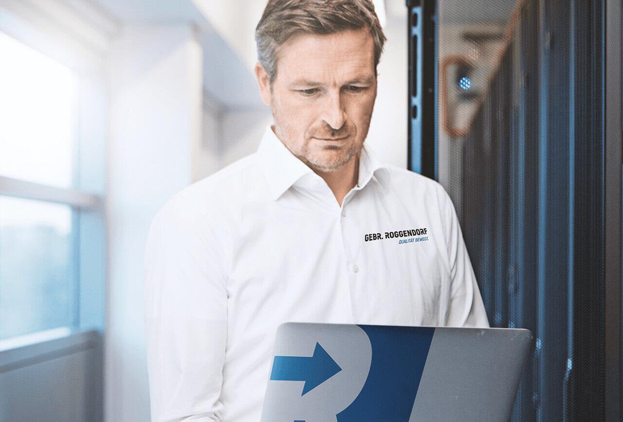 IT-Umzugsspezialist schaut auf Laptop