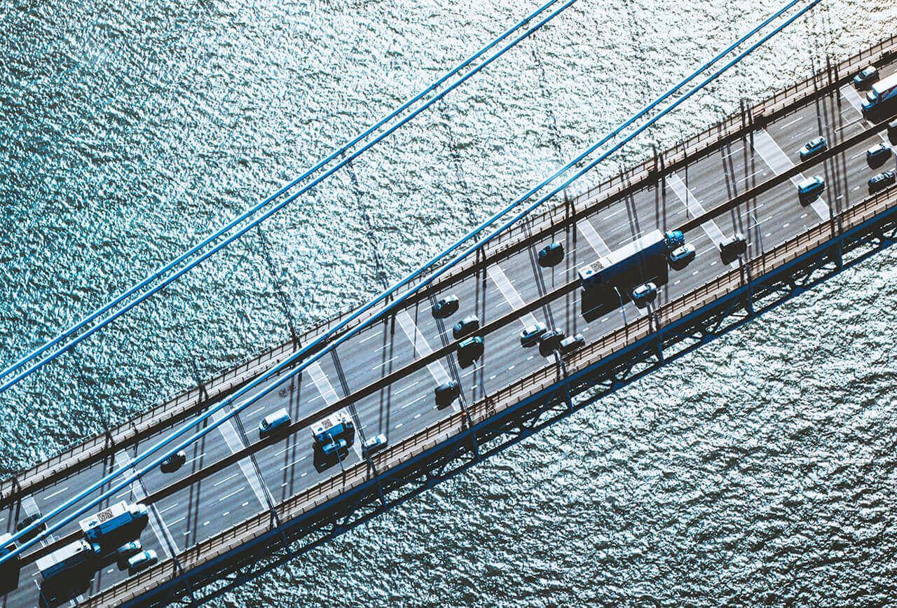 Fernumzug, der über eine Brücke führt