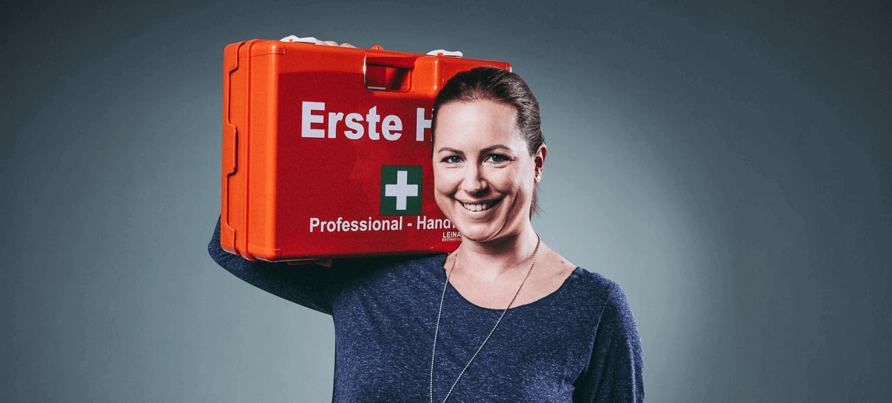 Versicherungsfrau mit erste Hilfekasten